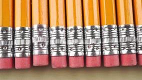 Lápis alaranjados com eliminadores cor-de-rosa, tiro macro da zorra Conceito total da censura vídeos de arquivo