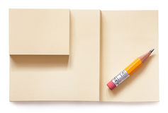 Lápis amarelo na almofada de nota isolada Fotografia de Stock Royalty Free