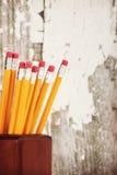 Lápis amarelos no suporte do lápis Fotografia de Stock