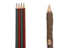 Lápis arranjados verticalmente em um fundo branco Imagem de Stock