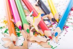 Lápis brilhantes da cor sobre aparas Fotos de Stock Royalty Free