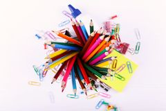 Lápis, clipes de papel e pinos coloridos, fontes de escola para tirar, espaço da cópia imagem de stock royalty free