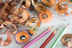 Lápis colorido com aparas Fotografia de Stock Royalty Free