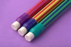 Lápis colorido escola no fundo roxo imagem de stock royalty free