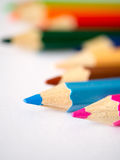 Lápis colorido isolado no papel de arte cinzento Foto de Stock