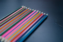 Lápis coloridos ajustados no fundo de madeira preto, Fotos de Stock Royalty Free