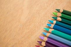 Lápis coloridos arranjados em seguido Fotos de Stock