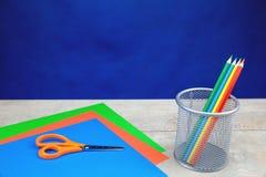 Lápis coloridos, artigos de papelaria na mesa de madeira imagem de stock