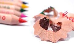 Lápis coloridos brilhantes e aparas de madeira da cor Imagem de Stock