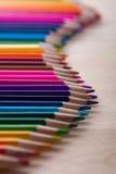 Lápis coloridos brilhantes na tabela de madeira Imagens de Stock