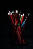 Lápis coloridos brilhantes no fundo preto Fotografia de Stock