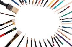 Lápis coloridos com as borlas isoladas no fundo branco Alinhado sob a forma de um quadro oval com espaço para o texto ou a imagem imagens de stock royalty free