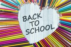 Lápis coloridos com de volta a texto de escola Fotos de Stock Royalty Free
