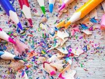 Lápis coloridos com os aparas coloridos do lápis no fundo de madeira Fotos de Stock Royalty Free