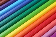 Lápis coloridos das fontes de escola que formam um fundo Foto de Stock Royalty Free
