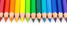 Lápis coloridos do arco-íris em um fundo branco imagem de stock royalty free