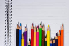 Lápis coloridos e papel vazio na mesa velha Foto de Stock