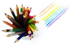 Lápis coloridos em fontes de escola do copo no fundo branco Fotografia de Stock Royalty Free