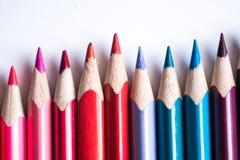 lápis coloridos em seguido, isolado no fundo branco Imagens de Stock