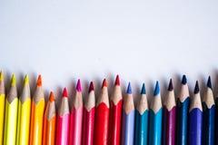 lápis coloridos em seguido, isolado no fundo branco Fotos de Stock