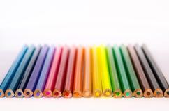 Lápis coloridos em seguido no fundo branco Imagens de Stock
