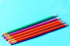 Lápis coloridos em seguido no fundo verde Fotos de Stock