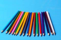 Lápis coloridos em seguido no fundo verde Foto de Stock Royalty Free