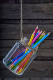 Lápis coloridos em um frasco de vidro Fundo Imagem de Stock