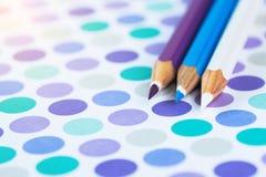 Lápis coloridos em um fundo pastel a um ponto com espaço para o texto fotografia de stock royalty free