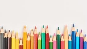 Lápis coloridos em uma fileira desigual Imagem de Stock Royalty Free