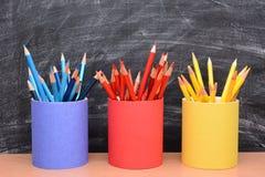 Lápis coloridos em uns copos de harmonização do lápis Imagens de Stock