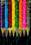 Lápis coloridos na água imagens de stock