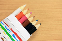 Lápis coloridos na caixa de papel Imagens de Stock Royalty Free