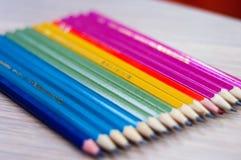 Lápis coloridos na ordem do arco-íris Fotos de Stock Royalty Free