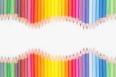 Lápis coloridos na ordem do arco-íris no fundo branco Fotografia de Stock Royalty Free