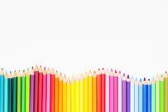 Lápis coloridos na ordem do arco-íris no fundo branco Foto de Stock Royalty Free