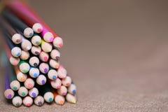 Lápis coloridos na tabela Uma pilha de si colorido dos lápis Fotos de Stock