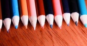 Lápis coloridos na tabela Uma pilha de si colorido dos lápis Imagem de Stock Royalty Free