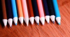 Lápis coloridos na tabela Uma pilha de si colorido dos lápis Fotos de Stock Royalty Free