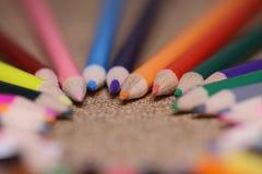 Lápis coloridos na tabela Uma pilha de si colorido dos lápis Fotografia de Stock Royalty Free