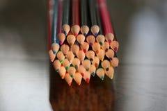 Lápis coloridos na tabela Uma pilha de si colorido dos lápis Imagens de Stock