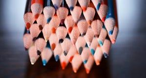 Lápis coloridos na tabela Uma pilha de si colorido dos lápis Foto de Stock