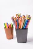 Lápis coloridos nas caixas em um fundo branco De volta ao conceito da escola Imagens de Stock Royalty Free
