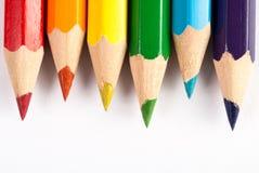Lápis coloridos nas cores do arco-íris no fundo branco foto de stock