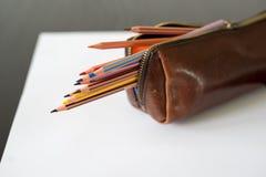 Lápis coloridos no caso de lápis foto de stock