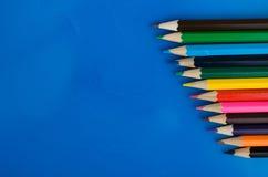 Lápis coloridos no fundo azul Fotografia de Stock