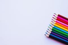 Lápis coloridos no fundo branco, direito Imagens de Stock