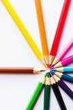 Lápis coloridos no fundo branco, em um círculo Imagens de Stock