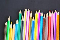 Lápis coloridos no fundo preto Foto de Stock