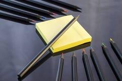 Lápis coloridos no fundo preto Fotos de Stock